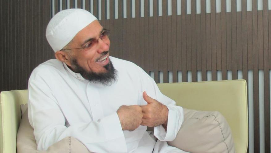 الداعية السعودي سلمان العودة يضرب عن الزيارات.. هذا ما فعله السجان به !