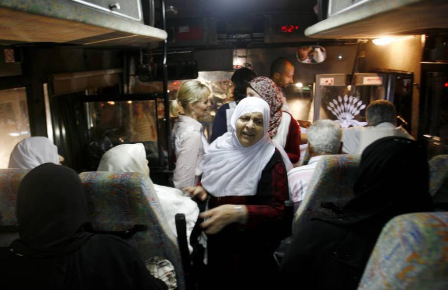 """أهالي أسرى غزة يتوجهون لزيارة أبنائهم في سجن """"إيشل"""""""