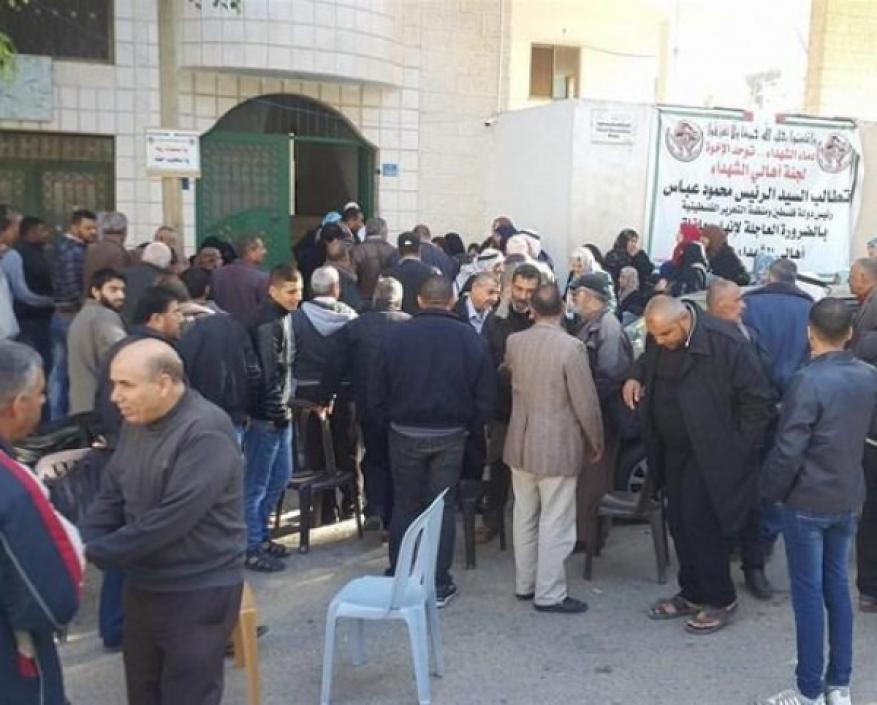 المئات يتظاهرون أمام مؤسسة أسر الشهداء بغزة للمطالبة بصرف رواتبهم