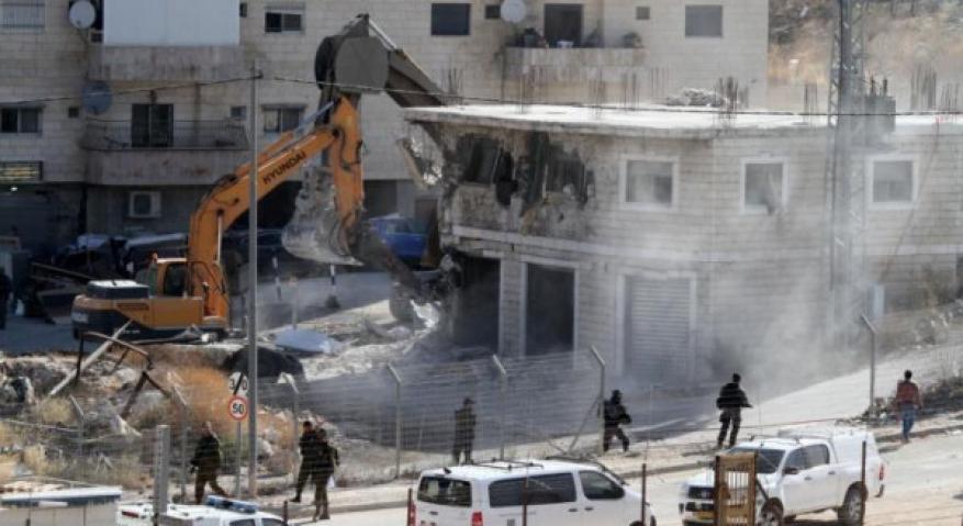الاحتلال يخطر بهدم عمارة سكنية ومنزلين في القدس
