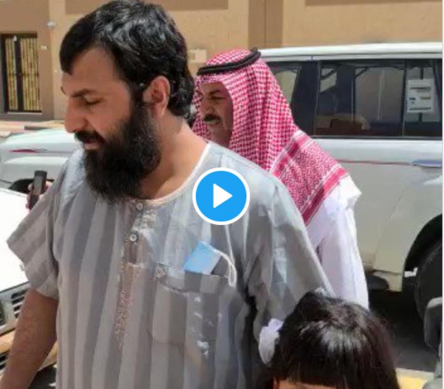 شاهد كيف استقبل والد في السعودية قاتل ابنه عقب خروجه من السجن