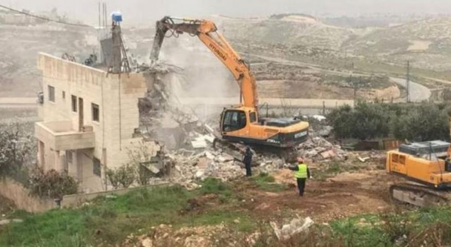 قوات الاحتلال تهدم منزلًا وتعتقل شابًا في بيت لحم
