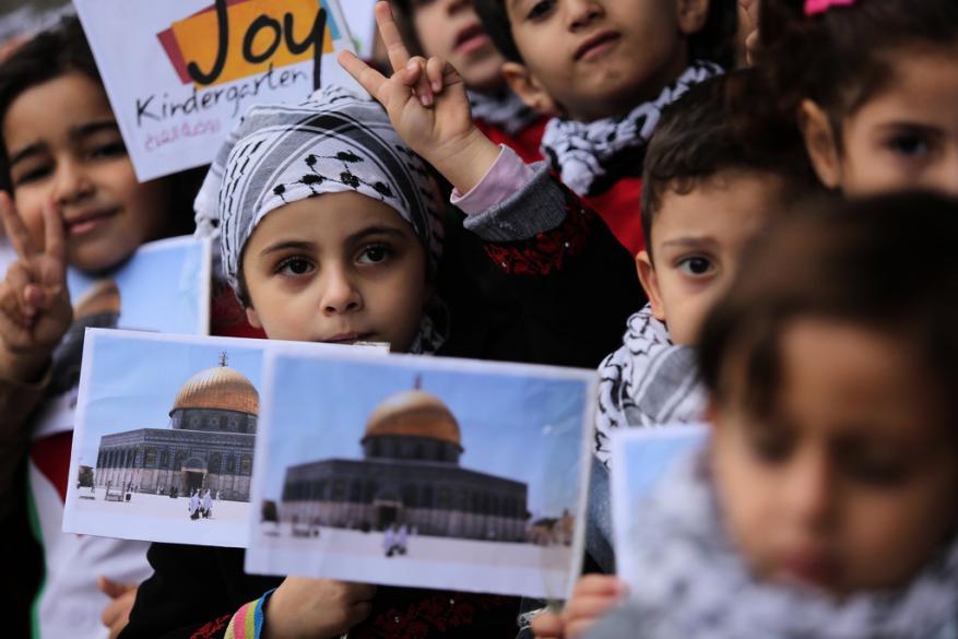 الإحصاء في يوم الطفل الفلسطيني.. نصف المجتمع دون سن 18
