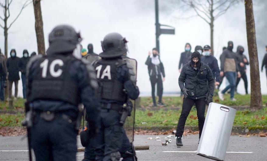 """باريس.. مظاهرة ضد مشروع قانون """"الأمن الشامل"""" وفصل عاملي الصحة"""