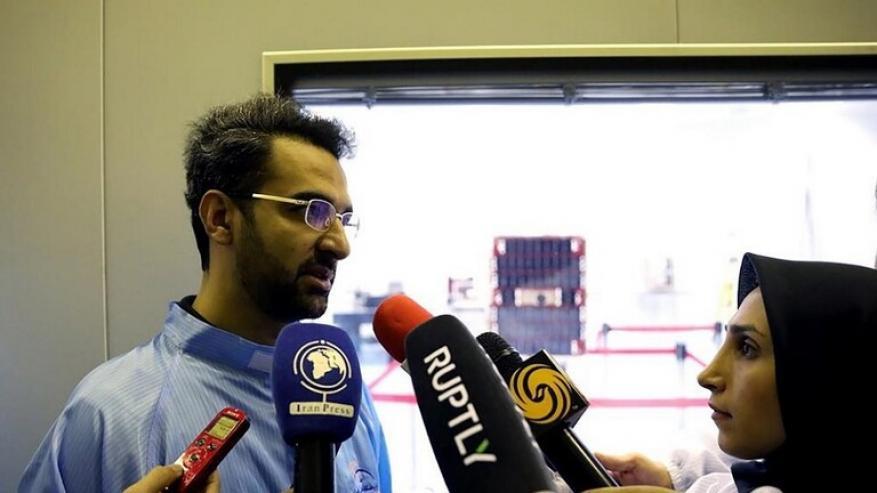 بدلة الفضاء مزيفة.. وزير إيراني يعترف بخطأه ويعتذر