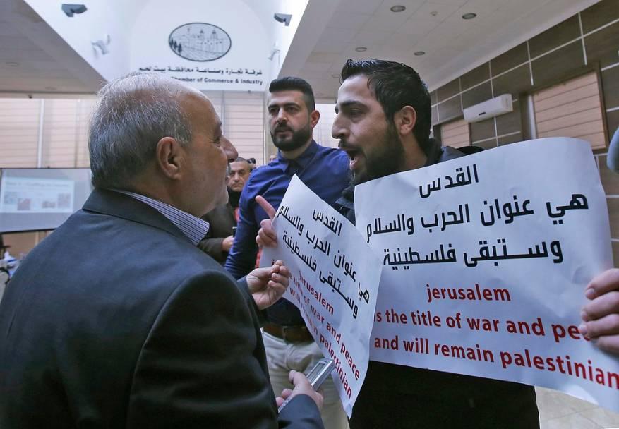 عباس يدين طرد وفداً أمريكياً من بيت لحم