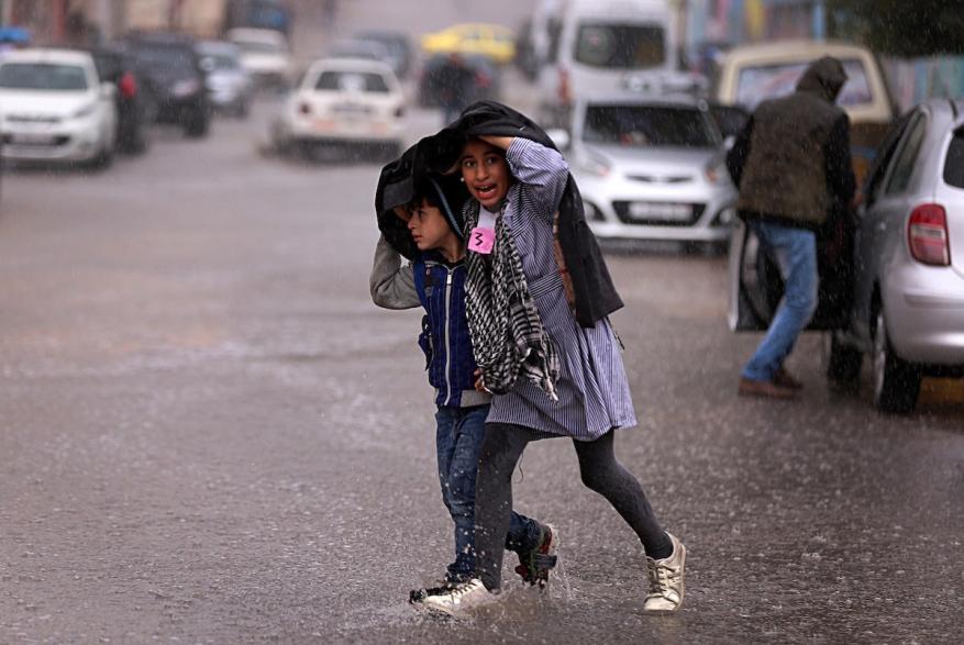 7 فوائد للمشي تحت المطر وشم رائحته العطرة