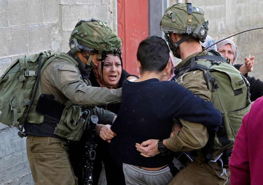 الاحتلال يعتقل طفلا ووالدته في بلدة العيسوية بالقدس المحتلة