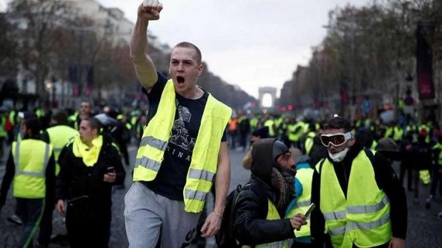 """شاهد.. فنان لبناني مشهور يظهر وسط محتجي """"السترات الصفراء"""" في باريس"""