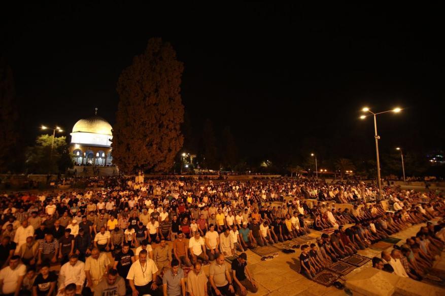 مئات المقدسيين يلبون نداء الفجر العظيم بالأقصى