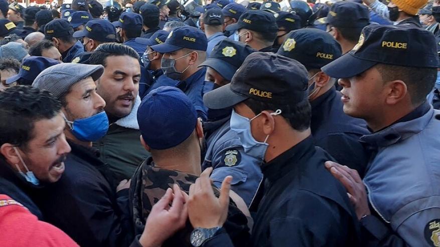 """تونس.. محتجون يرددون """"الشعب يريد إسقاط النظام"""" ويطالبون بتنحي الحكومة"""