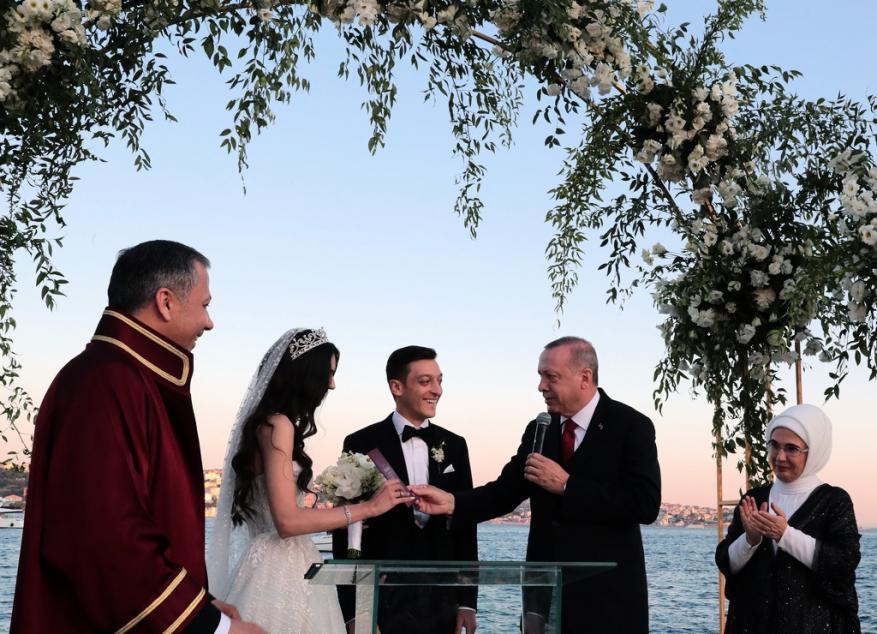 """أردوغان و""""أرطغرل"""" يحضران عرس أوزيل في إسطنبول"""