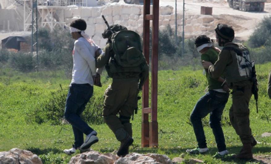 الاحتلال يعتقل 18 مواطناً بحملة مداهمات واسعة في الضفة بينهم نائب بالتشريعي