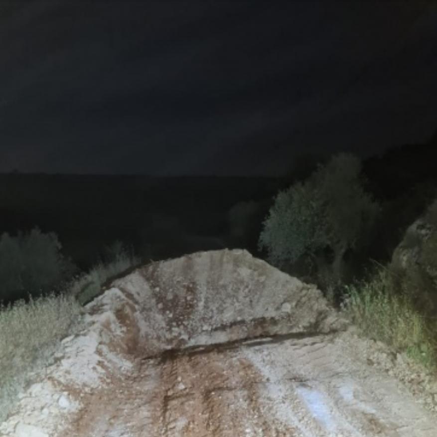 الاحتلال يغلق طريق بيتا زعترة جنوب نابلس بالسواتر الترابية