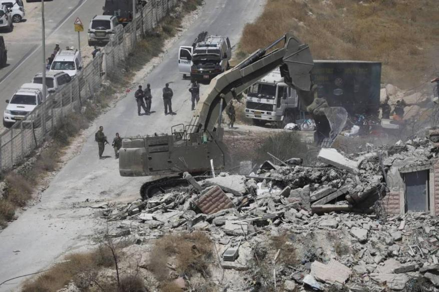 سلطات الاحتلال تكثف أعمال هدم المباني الفلسطينية بالقدس والضفة