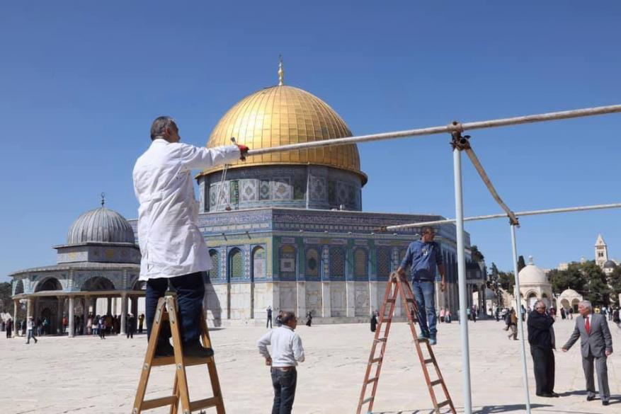 استعدادًا لشهر رمضان.. نصب مظلات في المسجد الأقصى