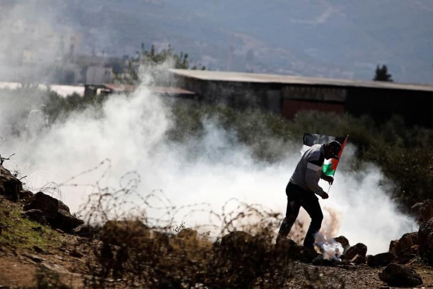 إصابة عشرات المواطنين بالاختناق جراء قمع الاحتلال مسيرة بيت دجن شرق نابلس