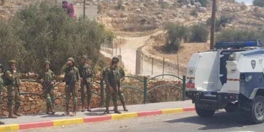 الاحتلال يعتقل شاباً بعد إطلاق النار عليه قرب بلدة الخضر