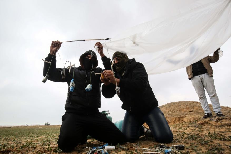 """قناة عبرية: الجيش لم يقرر كيفية التعامل مع البالونات """"المتفجرة"""""""