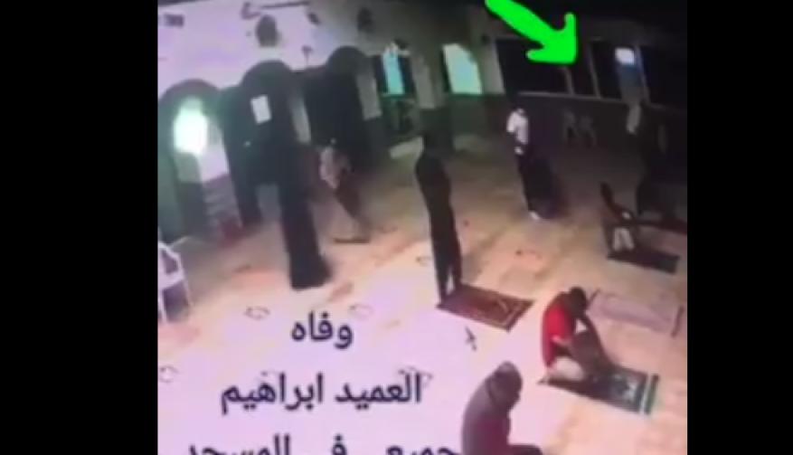 شاهد.. لحظة وفاة مصري أثناء الصلاة