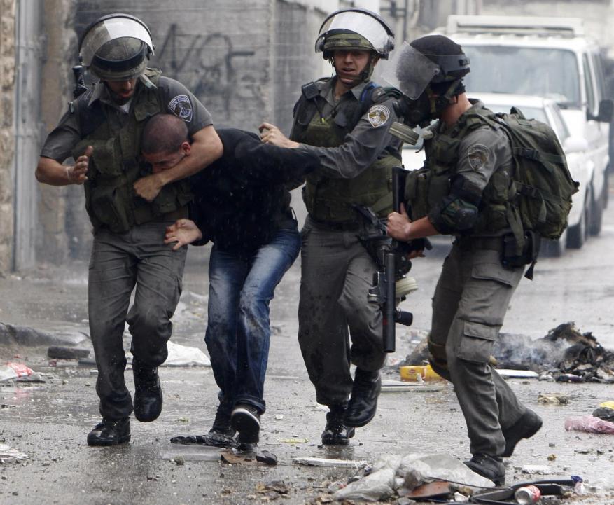الاحتلال يعتقل 3 فلسطينيين بينهم فتى من الخليل
