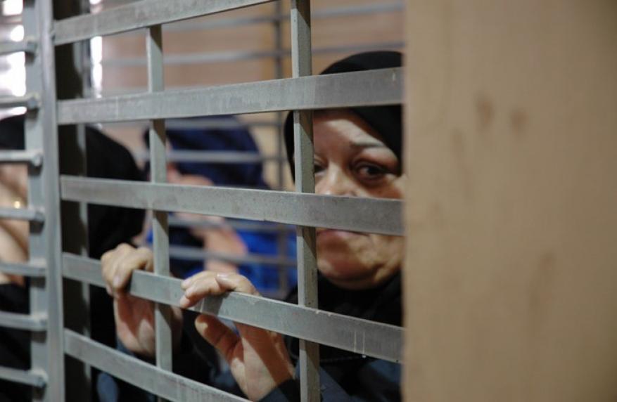 مركز: 37 أسيرة في سجون الاحتلال يعانين ظروف قاهرة