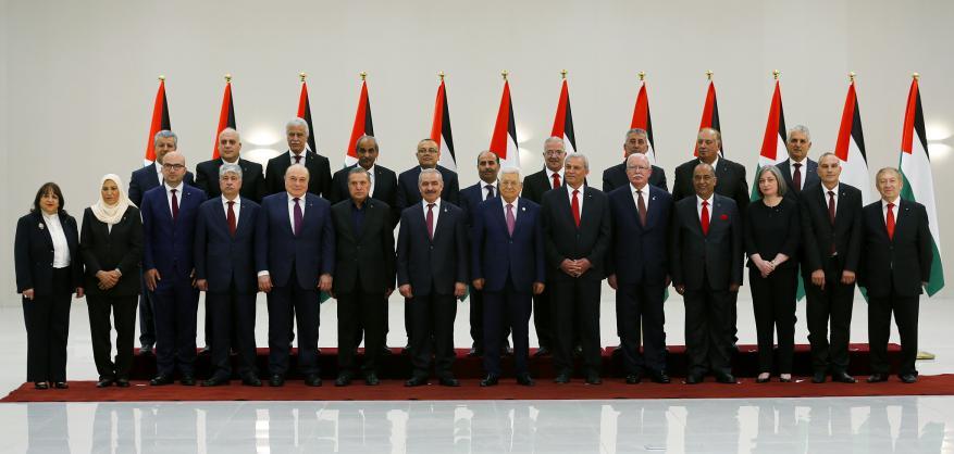 بعد رفض فصائلي واسع.. حكومة فتح الانفصالية تؤدي اليمين القانونية أمام عباس