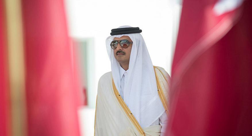 """رد ناري من أمير قطر على إغلاق قناة """"الجزيرة"""" يشعل مواقع التواصل"""