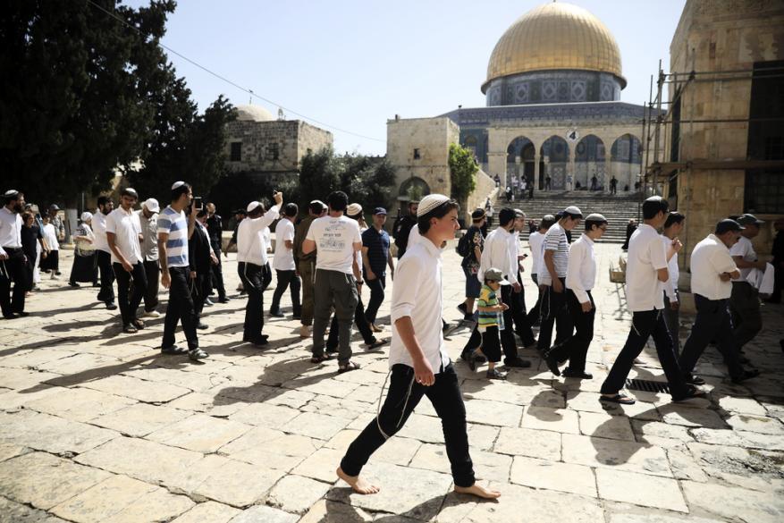 عشرات المستوطنين يقتحمون باحات المسجد الأقصى وإجراءات مشددة بالقدس