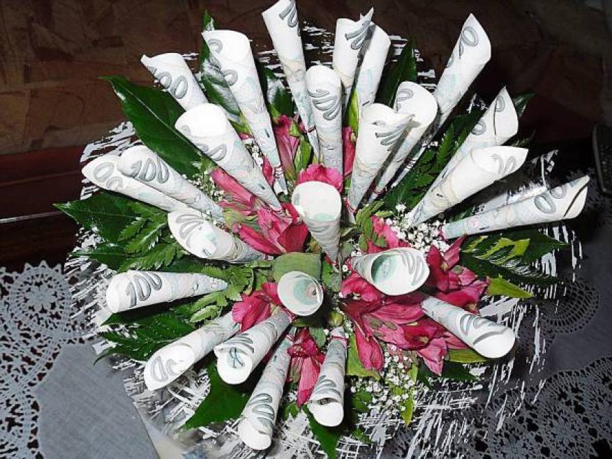 السجن 5 سنوات لمزيني الزهور بالأوراق النقدية في السعودية
