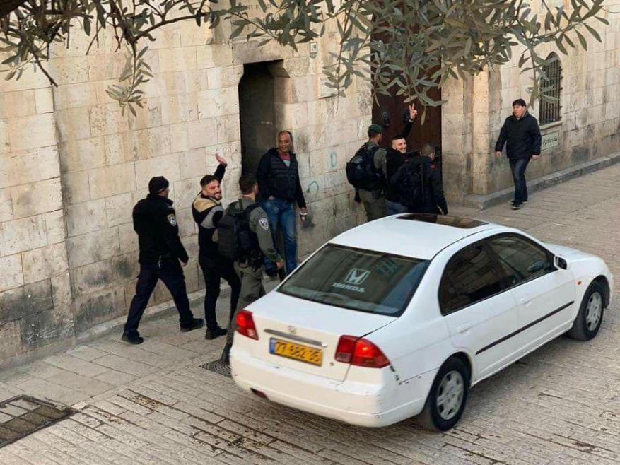 الاحتلال يعتقل شابين أثناء خروجهما من المسجد الأقصى ويبعد حارسا