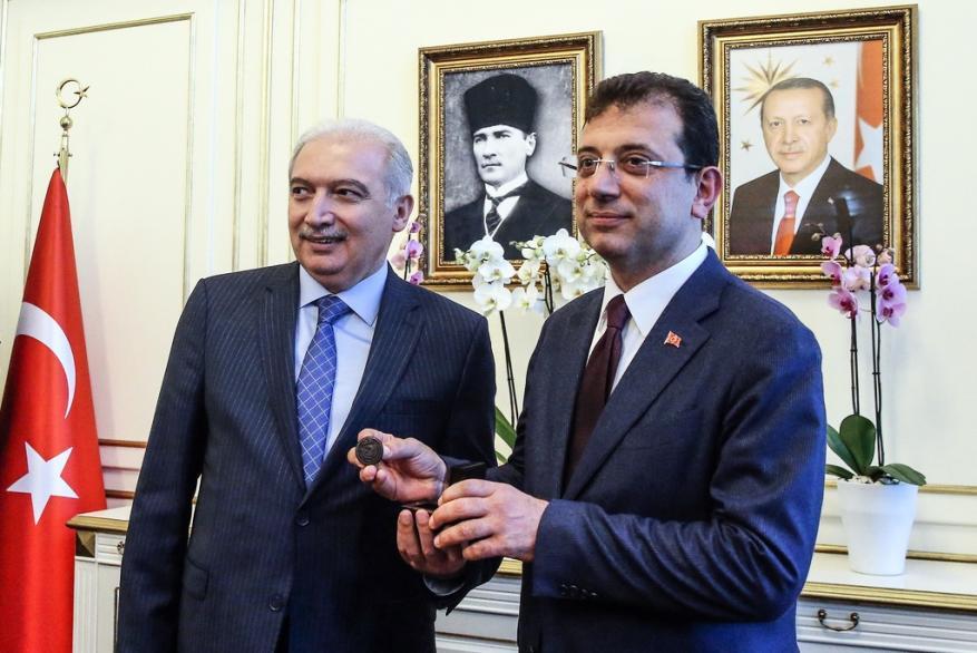 مرشح المعارضة يتسلم وثيقة رئاسة بلدية إسطنبول