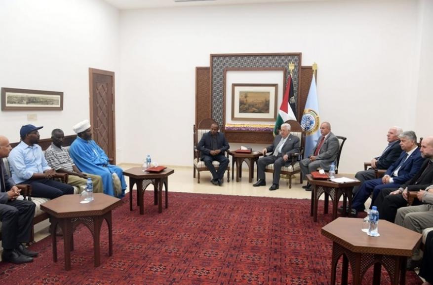 خلال لقاء جمعه بعائلته.. عباس يعد بالتأثير على حماس للإفراج عن أسير إسرائيلي