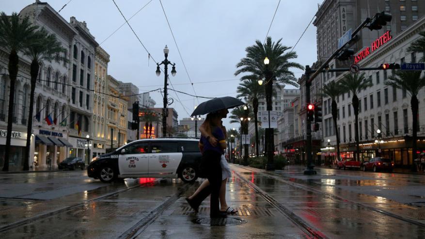"""إعصار """"باري"""".. ترامب يدعو المواطنين لتوخي الحذر الشديد"""