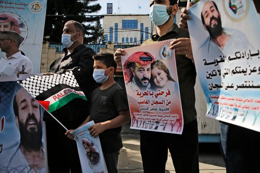 """غزة.. صلاة أمام """"الصليب الأحمر"""" تضامنا مع المعتقل """"الأخرس"""""""