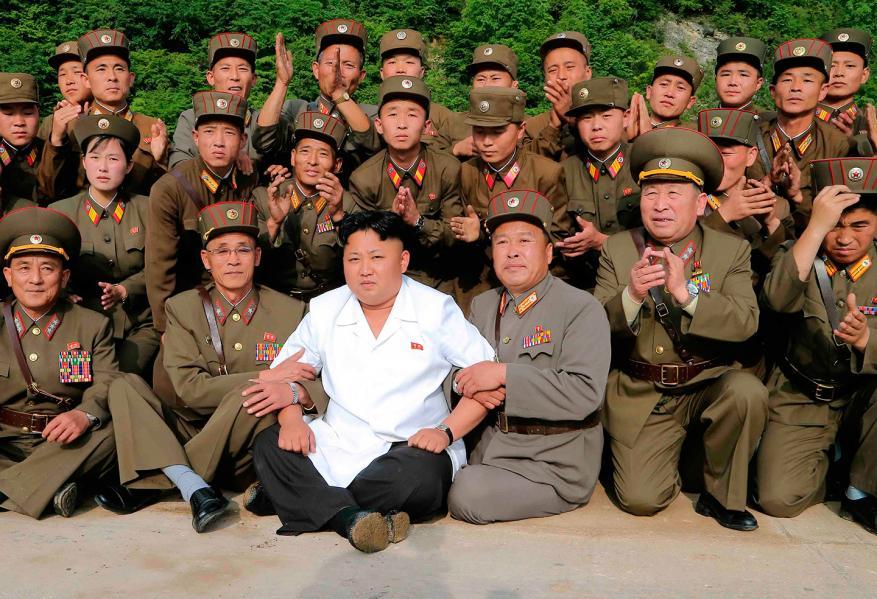 """""""كيم جونغ أون"""" يدير ظهره لترامب.. يُشرف على إجراء سلاح جديد """"بنمط غريب"""""""