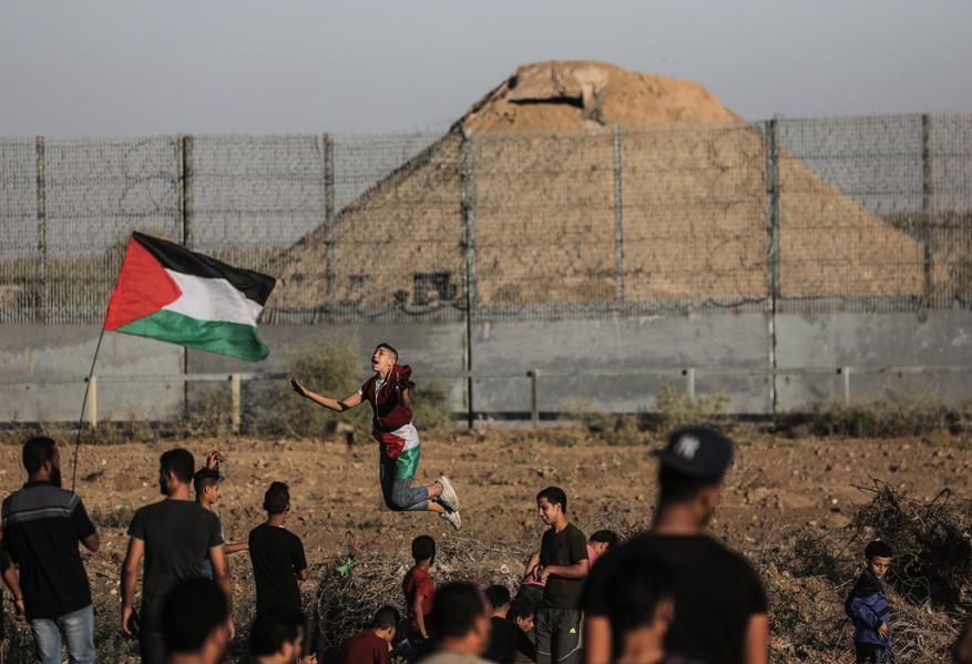 """الاحتلال يعتدي على فعاليات جمعة """"أطفالنا الشهداء"""" من مسيرة العودة بغزة"""