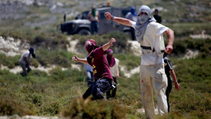 إصابة مواطنين بكسور عقب اعتداء مستوطنين على قاطفي الزيتون في رام الله