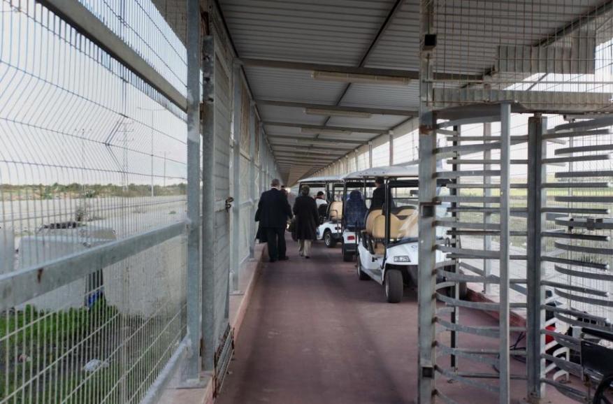 الاحتلال يعتقل مواطنًا أثناء سفره عبر حاجز بيت حانون