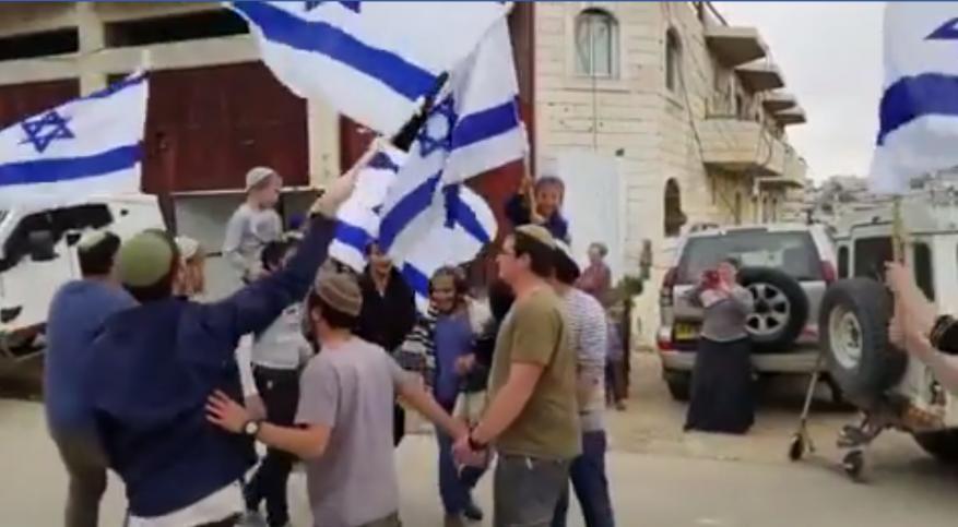 """شاهد: مستوطنون يحتفلون في مكان استشهاد """"الشويكي"""" بالخليل"""