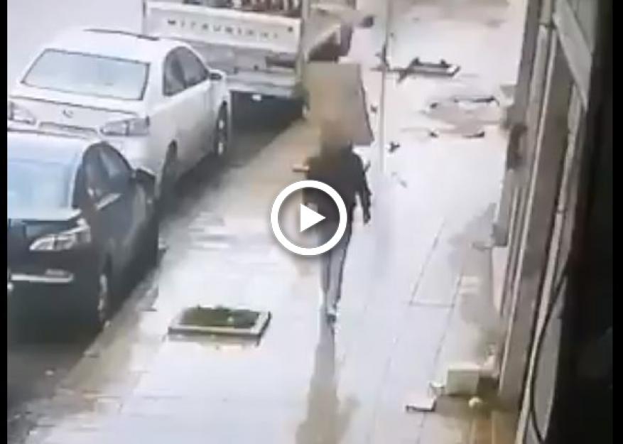 فيديو مروع.. لحظة سقوط صخرة على رأس شاب في رأس العين بعمان