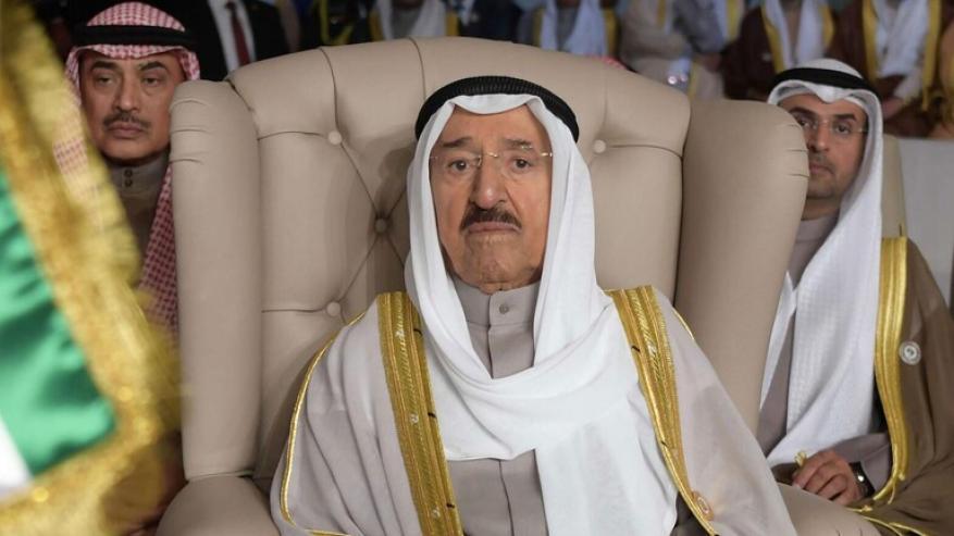 لحظة نقل أمير الكويت إلى الطائرة الطبية المتجهة لأمريكا (فيديو)