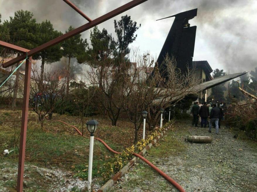 تحطم طائرة تابعة للجيش الإيراني في منطقة سكنية ومقتل 15 شخصا من ركابها