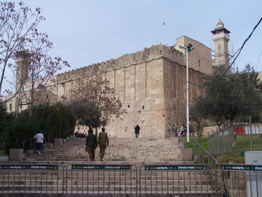 """""""الأوقاف"""" تحذر من اعتلاء فرق هندسية إسرائيلية سطح الحرم الإبراهيمي الشريف"""