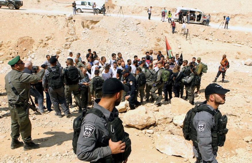 جيش الاحتلال يكثف من انتشاره في محيط الخان الأحمر