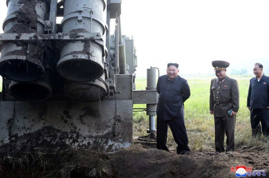 زعيم كوريا الشمالية يشرف على اختبار راجمة صواريخ عملاقة متعددة الفوهات