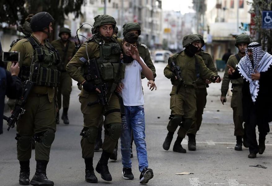 الاحتلال يعتقل فتيين من مخيم العروب شمال الخليل