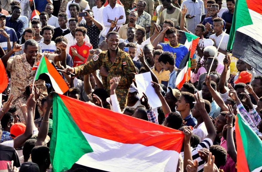 الجزائر والسودان.. هل تنجح ثوراتهم أم سيلتف عليها الضباع؟