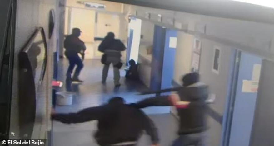 شاهد: عصابة مسلحة تخطف رجلا من المشفى وتقطعه