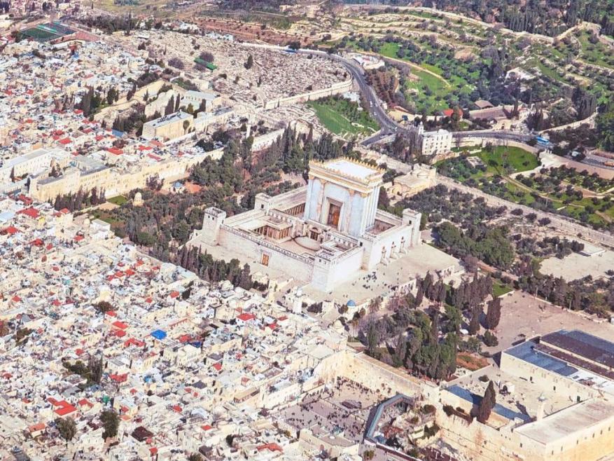 """القدس: منظمات استيطانية تضع مُجسماً لـ""""الهيكل المزعوم"""" وتخفي قبة الصخرة"""